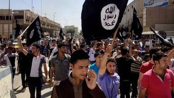 Anhänger demonstrieren für den IS in Mossul, Irak. 1000 Personen in der Schweiz gelten als Anhänger von islamischen Terrorgruppen.