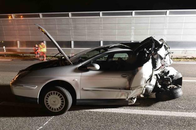 Eine 31-jährige Frau ist auf der A1 bei Geroldswil mit ihrem Lieferwagen in ein Auto geknallt, das unbeleuchtet auf der Autobahn stehen gelassen worden war. Dabei entstand hoher Sachschaden.