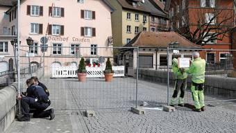 Die Laufenbrücke wurde mit Gittern gesperrt.