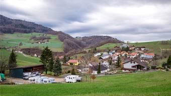 Die kleine Gemeinde liegt landschaftlich schön, ist aber finanziell stark unter Druck, im Rahmen des Projekts «Zukunftsraum Aarau» bietet sich eine Lösung des Problems an.
