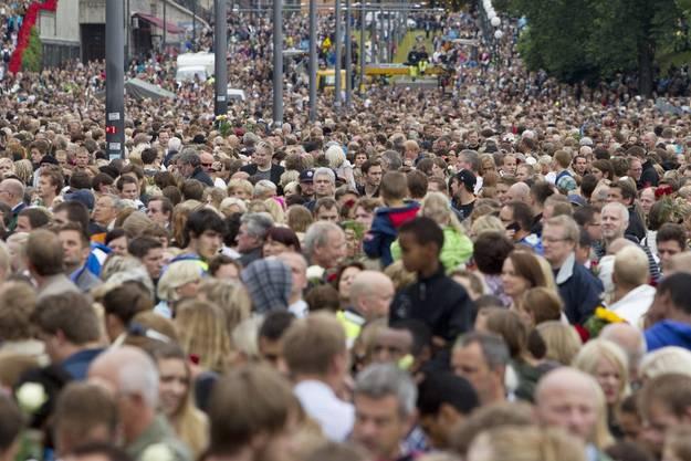 Menschen stehen dichtgedrängt in den Strassen Oslos