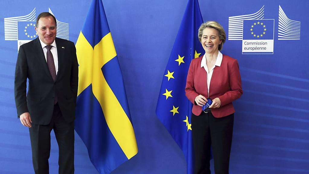 Ursula von der Leyen, Präsidentin der Europäischen Kommission, steht mit Stefan Löfven, Ministerpräsident von Schweden, vor einem gemeinsamen Treffen im EU-Hauptsitz für ein gemeinsames Foto zusammen.Die EU-Kommission teilte am Dienstag mit, dass die Technik für das EU-weite Covid-Zertifikat online gegangen ist. Foto: Francois Walschaerts/Pool AFP/AP/dpa