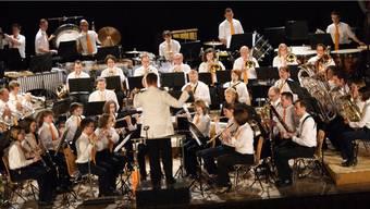 Die Stadtmusik Rheinfelden präsentiert auf der hell erleuchteten Bühne im Bahnhofsaal einen genussreichen Melodienreigen.