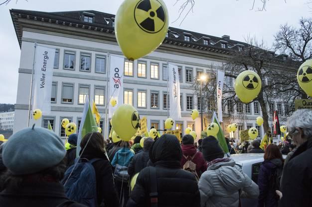Am Abend des gleichen Tags versammeln sich vor dem Sitz der Axpo in Baden rund 200 Atomkraftgegnerinnen und -gegner.