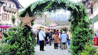 Eingang: Durch ein Spalier von Tannenbäumchen gehts ins Bürener Weihnachtsland. Dort regiert der Duft von Glühwein, heissen Marroni, Lebkuchen und Raclette. (Fotos: Olivier Messerli)