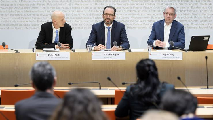 Kurzfristige Information: BAG-Direktor Pascal Strupler (Mitte), Daniel Koch, Leiter Abteilung übertragbare Krankheiten (links), und Gregor Lüthy, Leiter Kommunikation beim BAG (rechts).
