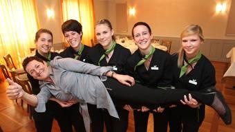 Tanja Hänni, Michaela Studer, Jessica Bucher, Corinne Knüsel und Fabienne Kiefer (v. l.) tragen ihre Chefin Mimi alias Irmgard Bischofberger auf Händen.  HR
