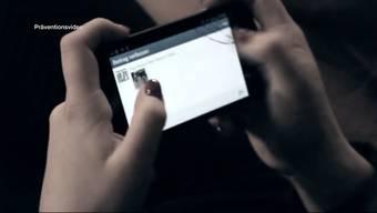 Eine 14-jährige Schülerin aus Spreitenbach nahm sich wegen Cybermobbing das Leben. Das Smartphone als Waffe ist ein Phänomen, das immer mehr auftritt.