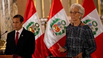 Christine Lagarde (rechts), Vorsteherin des IWF, spricht zur Presse. Daneben Perus Präsident Ollanta Humala.