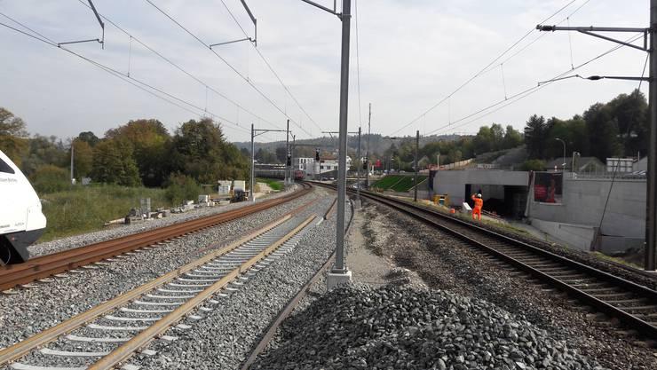 Alt und neu nebeneinander: Das alte dritte Gleis wird nun abgebrochen, um Platz für die Zufahrt zum neuen Eppenbergtunnel zu schaffen.