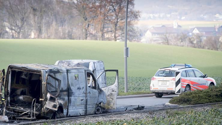 Dieser  Überfall liess sich nicht vereiteln: Der ausgebrannte Geldtransporter der Post nach dem Überfall vom 2. Dezember in Daillens VD. (Archivbild)