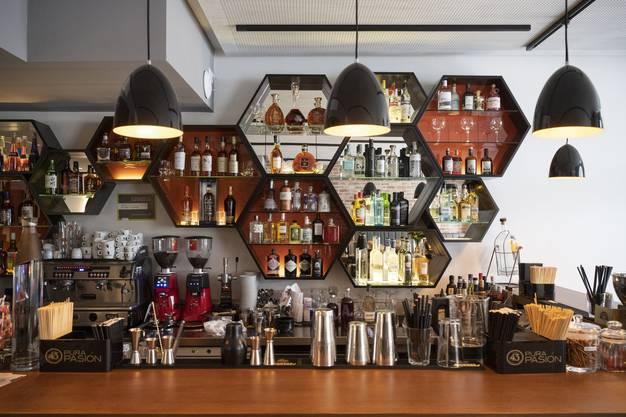 Die Bar im Parterre bietet eine grosse Auswahl an Drinks, unter anderem gibt es rund 50 Gins.