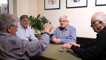 Gilbert Gress beim Kartenspielen mit seinen Freunden im «Chez soi» in Strassburg.