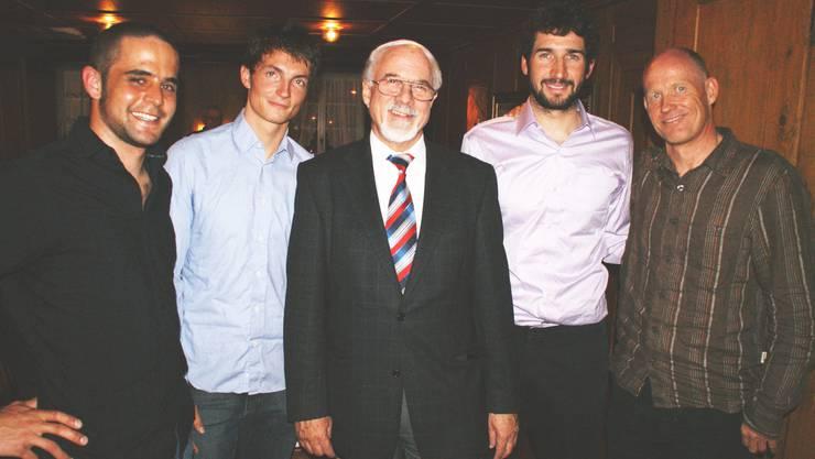 Gemeindepräsident Hans Hefti inmitten der Athleten Andreas «Iso» Isoz, Thomas «Läm» Lambert, Christian Hächler und Trainer Michel Roth (von links). (Bild Thomas Stöckli)