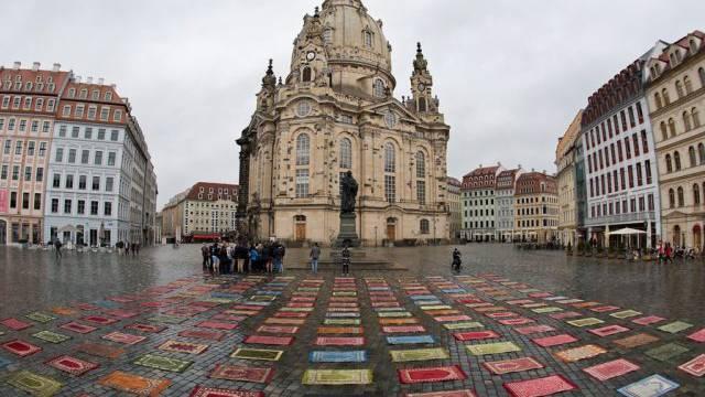Für Toleranz: Ein Künstler legt Gebetsteppiche vor die Frauenkirche