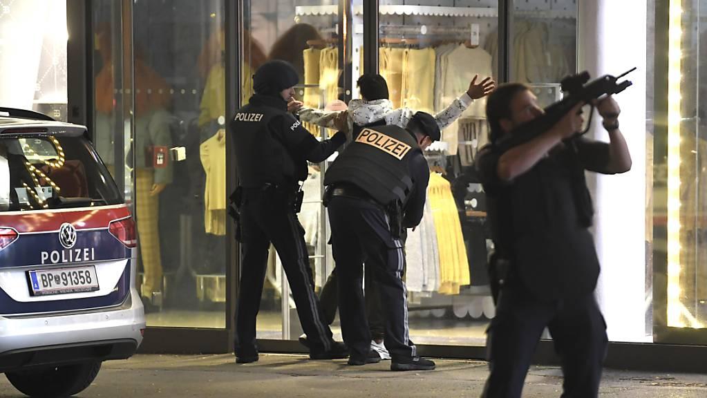 Die Polizei im Einsatz anlässlich des Attentats in Wien vom 2. November 2020. Ein in diesem Zusammenhang verhafteter junger Schweizer ist wieder auf freiem Fuss. (Archivbild)