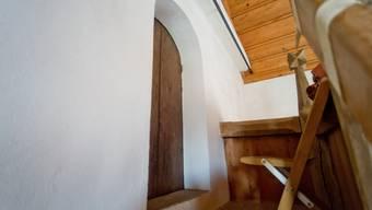 Über ein stotziges Treppchen gelangt man zur Tür zum Kirchturm Auenstein. Dahinter soll es manchmal spuken.