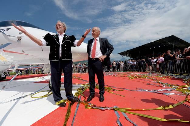 Verwaltungsratspräsident Oskar J. Schwenk, links, und Bundesrat Ueli Maurer vor dem neuem PC-24 Flugzeug