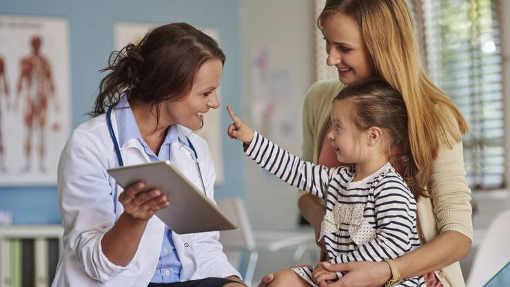 Eine Kinderärztin widmet sich dem Kind