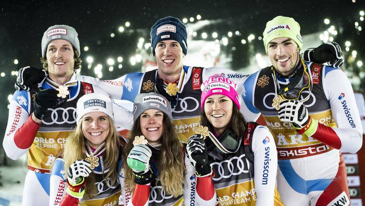Zweites Gold für die Schweiz. Von links: Sandro Simonet, Andrea Ellenberger, Aline Danioth, Ramon Zenhäusern, Wendy Holdener und Daniel Yule.