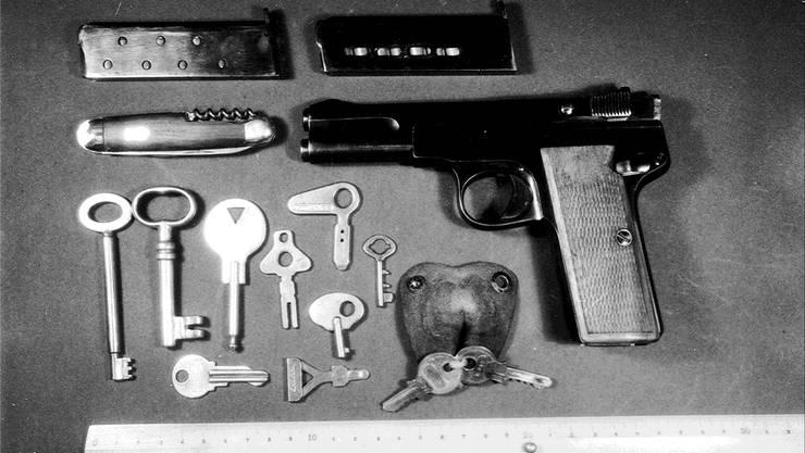 Die Pistole von Sandweg (Marke Langhahn, Kaliber 7,65 B) mit zwei gefüllten Magazinen, zwei Schlüsseln und neun Autoschlüsseln.
