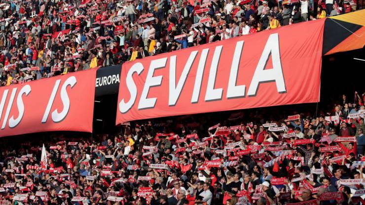 Die Sevilla-Fans freut's: Ihr Team qualifiziert sich als erstes für die Achtelfinals