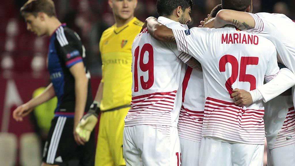 Konsternierte Basler und jubelende Spieler vom FC Sevilla
