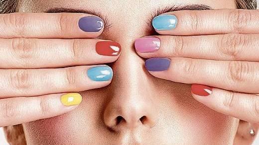 Die sogenannten Skittle-Nägel sind der Trend für den Sommer.