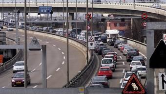 Beim Autobahnende der A5 kommt es immer wieder zu schweren Unfällen, weil die Lastwagen vor der Grenze in die Schweiz im Stau stehen. (Archiv)