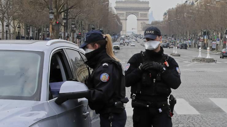 Verkehrskontrolle mitten in Paris: Wegen der Ausgangssperre verlassen viele Einwohner in diesen Tagen die Stadt.