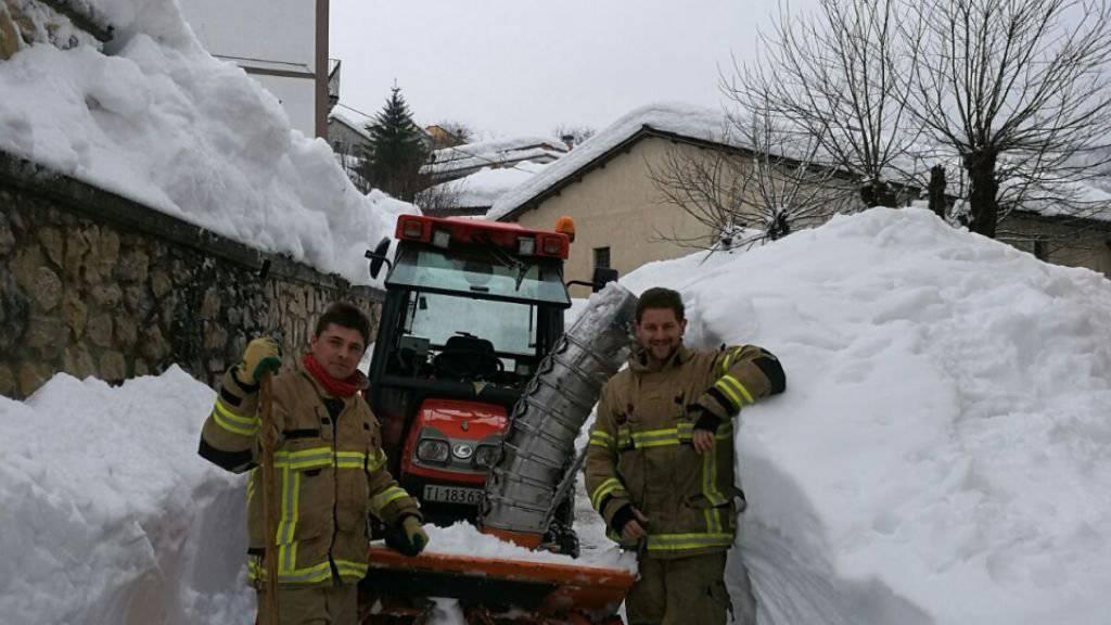 Feuerwehrmänner aus dem Tessin räumen eine Dorfstrasse in den Abruzzen.