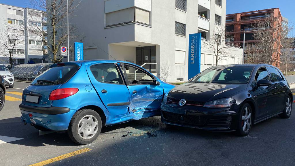 Bei Abbiegmanöver: In der Stadt Zug prallten zwei Autos ineinander