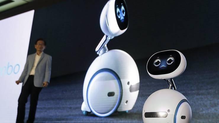 """Asus-Chef Jonney Shih stellt den Roboter """"Zenbo"""" vor. Dieser kann unter anderem Fragen beantworten und auf Sprachbefehl Informationen aus dem Internet abrufen."""