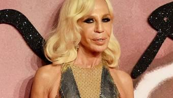 Die italienische Modeschöpferin Donatella Versace fühlt sich stark und voller Energie - dank ihren blond gefärbten Haaren. (Archivbild)