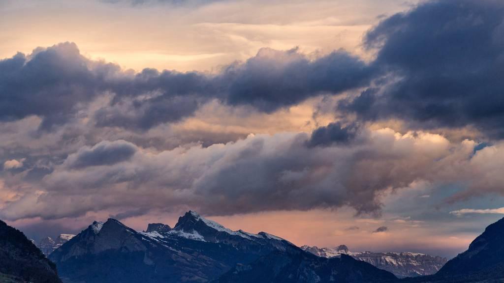Föhnwolken türmen sich über der Alviergruppe und dem Alpstein. (Archiv)