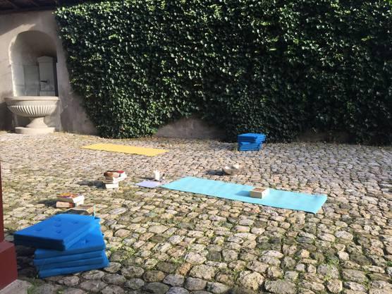 Bei gutem Wetter wird auch im Innenhof praktiziert.