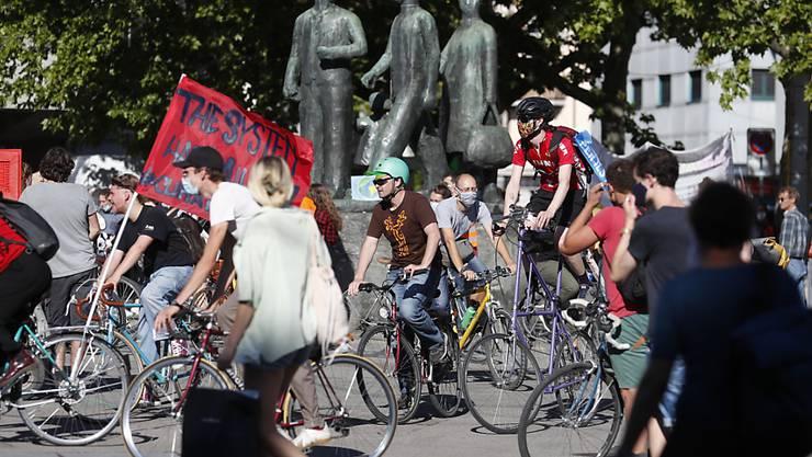 Mehr Klimaschutz forderten am Freitag mehr als 1000 Personen an einer Kundgebung in Zürich.