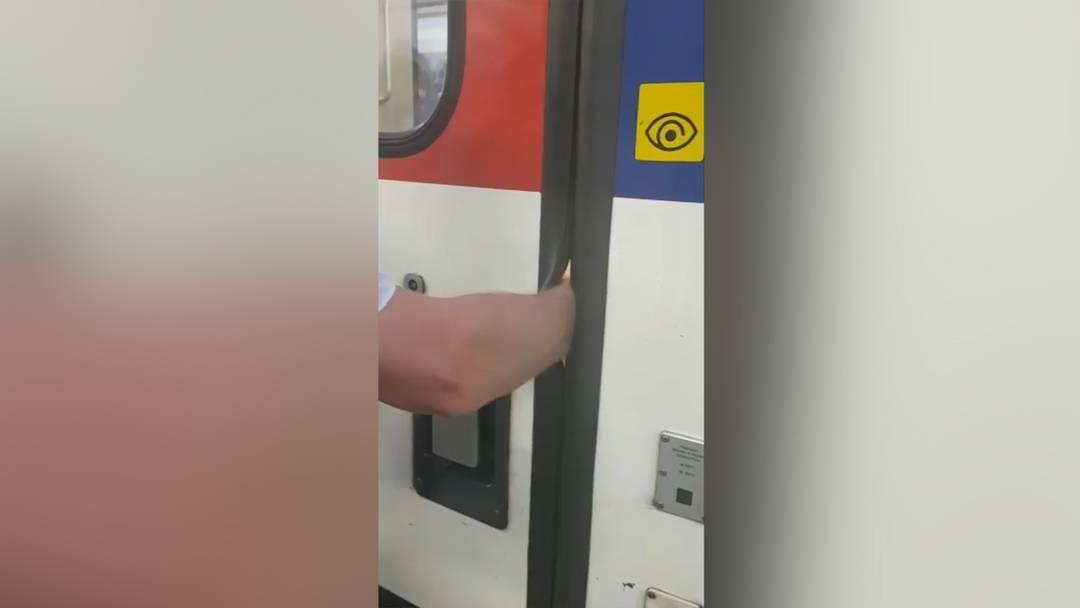 Auf Facebook kursiert ein Video, das zeigt, wie ein Mann seinen rechten Arm in die Öffnung einer Zugtüre hält und diese mit der linken Hand selber zuschiebt. Erst als der Betroffene die Türe von Hand wieder öffnet, kann er seinen Arm herausziehen.
