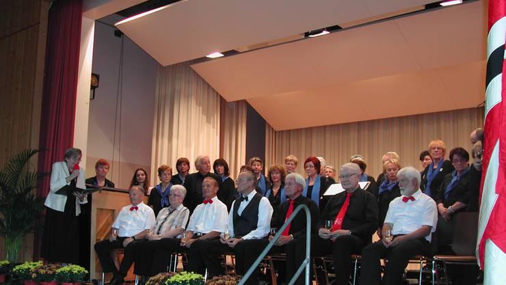 Die Geehrten und drei Neumitglieder vor dem gastgebenden Chor «Amici del Canto». Links am Rande befindet sich Verbandspräsidentin Edith Ursprung.