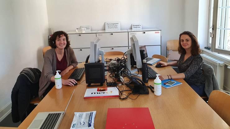 In der Telefonzentrale von «Elsa hilft» kümmern sich Meret Suter (links) und Simone Matter täglich um die Einkaufswünsche.