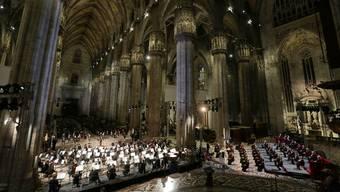 Singen für die Toten: Chor und Orchester der Mailänder Scala führen im Duomo Verdis Requiem auf.