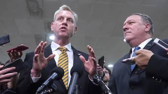 Der geschäftsführende Verteidigungsminister der USA, Patrick Shanahan (links), rudert am Dienstag im Konflikt mit der Islamischen Republik Iran etwa zurück.