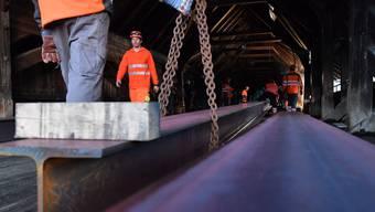 Sechs 20 Meter lange stählerne Doppel-T-Träger wurden in aller Frühe als Basis für den 40 Meter langen Notsteg auf der Holzbrücke verlegt