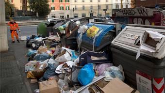 Überfüllte Müllcontainer in Rom: Sie gehören inzwischen zum Stadtbild in den Strassen von Italiens Hauptstadt.