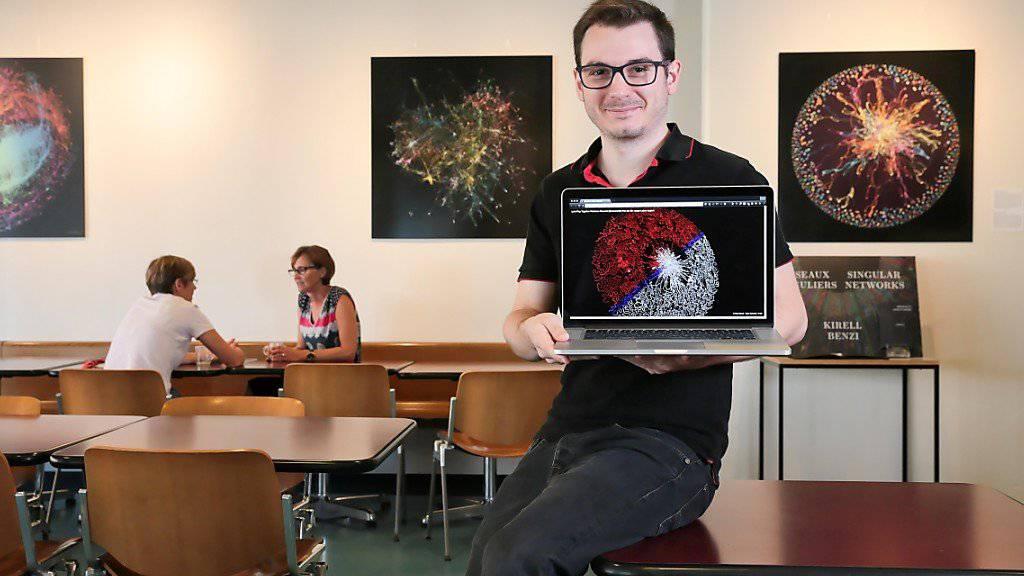 Der EPFL-Doktorand Kirell Benzi erforscht Zusammenhänge in digitalen Daten. Seine Netzwerk-Visualisierungen hat er ausserdem zu einer Ausstellung zusammengestellt.