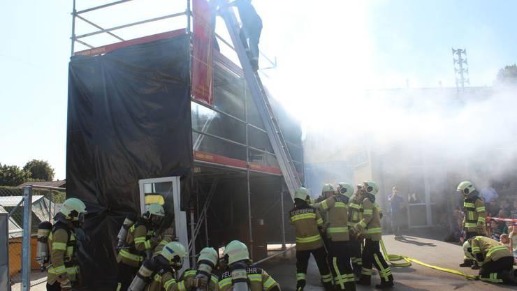 Zimmerbrand simuliert: Die Feuerwehr Gunzgen in Aktion.