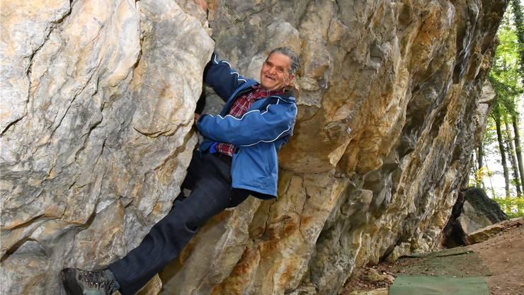 Der Klettergarten-Erbauer: Paul Hunziker (82) in der überhängenden Wand beim Steinbruch Roggenhausen. Bruno Kissling