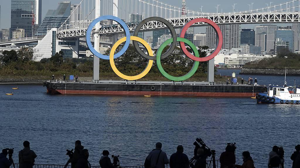 ARCHIV - Angesichts gestiegener Corona-Infektionszahlen erwägt Japan erneut die Ausrufung des Ausnahmezustands für den Großraum Tokio - die Vorbereitung für die Olympischen Spiele im Sommer soll aber fortgesetzt werden. Foto: Eugene Hoshiko/AP/dpa