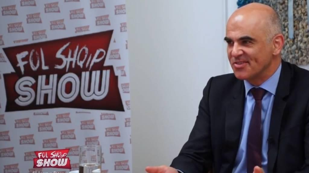 Gesundheitsminister Alain Berest im Interview für die TV-Sendung «Fol Shqip Show», die sich an ein albanisch sprechendes Publikum richtet.