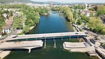 Die alte Kettenbrücke stürzte gestern in die Aare